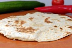 Domowej roboty banatki mąki tortillas na drewnianym stole Fotografia Royalty Free