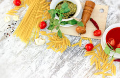 Domowej roboty basilu pesto kumberland, pomidorowy kumberland i składniki dla, zdrowego, wyśmienicie posiłku, Obrazy Royalty Free