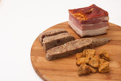 Domowej roboty bekon, liverwurst i chrupotania, słuzyć na desce zdjęcia stock