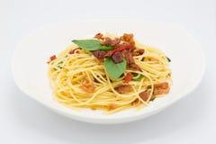 Domowej roboty bekonowy basilu spaghetti na bielu zdjęcie stock
