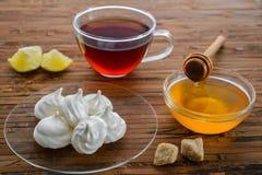 Domowej roboty beza i herbata na stole Zdjęcia Royalty Free
