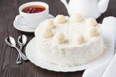 Domowej roboty bezpłatny miód ablegrował tort z śmietanką i dokrętkami zdjęcie royalty free