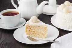 Domowej roboty bezpłatny miód ablegrował tort z śmietanką i dokrętkami obraz stock