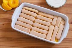 Domowej roboty Biskwitowy deser z Konserwować brzoskwiniami i M Obraz Stock
