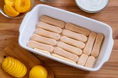 Domowej roboty Biskwitowy deser z Konserwować brzoskwiniami i M Zdjęcia Stock