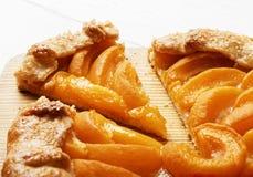Domowej roboty biskwitowy kulebiak z brzoskwiniami na białym drewnianym stole Zdjęcia Royalty Free