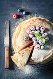 Domowej roboty blinu tort z czarnymi jagodami i malinkami Zdjęcie Royalty Free