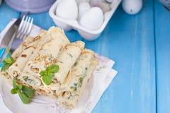 Domowej roboty bliny z mennicą i wapnem Tradycyjni Rosyjscy wiosen ciasta Wyśmienicie rodzinny śniadaniowy kucharstwo dla karnawa Obraz Royalty Free