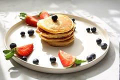 Domowej roboty bliny z truskawkami, czarnymi jagodami i klonowym syropem, sweets śniadanie zdjęcie royalty free