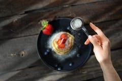 Domowej roboty bliny z truskawkami, czarnymi jagodami i sproszkowanym cukierem, sweets śniadanie zdjęcia stock
