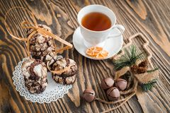 Domowej roboty Bożenarodzeniowi ciastka piernikowi z pęknięciami, czekoladowi ciasta, filiżanka herbata, dziecko ręki biorą preze Zdjęcia Stock