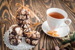 Domowej roboty Bożenarodzeniowi ciastka piernikowi z pęknięciami, czekoladowi ciasta, filiżanka herbata, dziecko ręki biorą preze Fotografia Stock