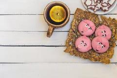 Domowej roboty Bożenarodzeniowy ciastko, filiżanka herbata z cytryną na białym drewnianym tle Obrazy Stock
