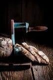 Domowej roboty bochenek chleb na slicer z mąką i kruszkami Obrazy Stock