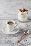 Domowej roboty bonkreta deser i filiżanka kawy na stole w mo Fotografia Stock