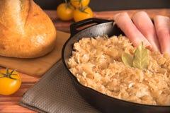 Domowej roboty braised sauerkraut w smaży niecce Zdjęcie Stock