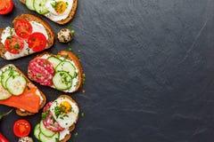 Domowej roboty bruschetta Mini kanapki Tradycyjni hiszpańscy tapas zdjęcie stock