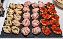 Domowej roboty bruschetti z pomidorem, łbem i baleronem, zdjęcie royalty free