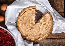 Domowej roboty brusznicowy tarta z merengue fotografia royalty free