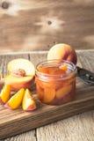 Domowej roboty brzoskwinia dżem na drewnianym stole zdjęcia royalty free