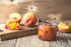 Domowej roboty brzoskwinia dżem na drewnianym stole zdjęcie stock