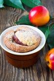 Domowej roboty brzoskwinia tort w ramekin fotografia royalty free