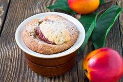 Domowej roboty brzoskwinia tort w ramekin obrazy stock