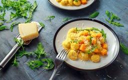 Domowej roboty Butternut kabaczka gnocchi z dzikim rakiety i parmesan serem obrazy stock