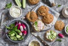 Domowej roboty całe adra rolki, chałupa ser, świezi warzywa, ogórki, sałata i kanapki z serem, - rzodkwie, rzodkiew i zdjęcia royalty free