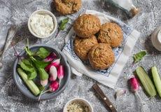 Domowej roboty całe adra rolki, chałupa ser, świezi warzywa - rzodkwie, ogórki, sałata na popielatym kamiennym tle Zdrowy sn obraz royalty free