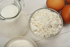 Domowej roboty chałupa ser z kwaśną śmietanką, jajkami i mlekiem, Zdjęcie Royalty Free