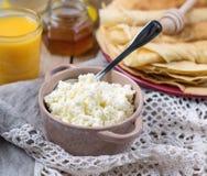Domowej roboty chałupa ser z sokiem pomarańczowym i blinami Zdjęcie Royalty Free