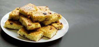 Domowej roboty chałupa sera potrawki z rodzynka plasterkami obrazy royalty free