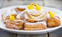 Domowej roboty chałupa sera cukrowych ciastek wron cieki Zdjęcia Royalty Free