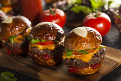 Domowej roboty Cheeseburger suwaki z sałatą Zdjęcia Stock