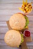 Domowej roboty cheeseburgers i dłoniaki z pomidorowym sause zdjęcie royalty free