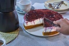 Domowej roboty cheesecake z cranberry dżemem, słuzyć z kawą zdjęcia stock