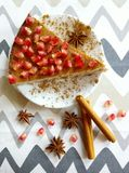 Domowej roboty cheesecake z granatowem, cynamonowymi kijami i anis gwiazdami Obraz Royalty Free
