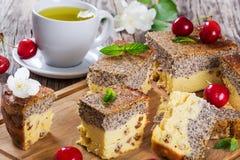 Domowej roboty cheesecake z makowymi ziarnami na tnącej desce zdjęcie stock