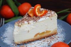 Domowej roboty Cheesecake z Tangerine kawałkami i Tangerine owoc na tle Ciemny drewniany stół Deseru tort dla urodziny Zdjęcia Royalty Free