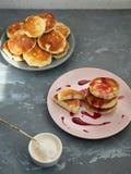 Domowej roboty cheesecakes na ceramicznych talerzach, białym lody pucharze z łyżką, zmianową i deserową, horyzontalny wizer obrazy royalty free