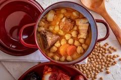 Domowej roboty chickpea gulaszu Madryt gulasz chickpeas, mięso i warzywa chorizo, krwionośna kiełbasa, baleron, … fotografia stock