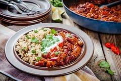 Domowej roboty chili z fasolami i dzikimi ryż Fotografia Royalty Free