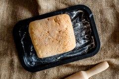 domowej roboty chleb Bochenek na brezentowego tła odgórnym widoku Zdjęcie Stock