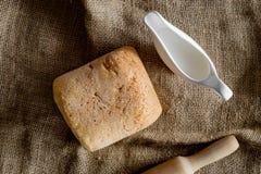 domowej roboty chleb Bochenek na brezentowego tła odgórnym widoku Obraz Stock