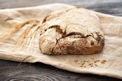 Domowej roboty chleb kłama na drewnianym stole zdjęcie royalty free