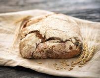 Domowej roboty chleb kłama na drewnianym stole fotografia royalty free