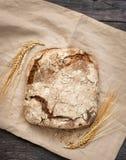 Domowej roboty chleb kłama na drewnianym stole zdjęcia royalty free
