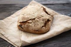 Domowej roboty chleb kłama na drewnianym stole obrazy stock