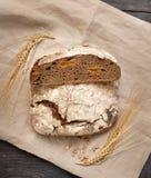 Domowej roboty chleb kłama na drewnianym stole zdjęcia stock
